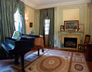 1-tuxedo_piano-room_thumb
